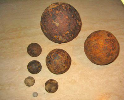 verschillende maten ijzeren kanonskogels