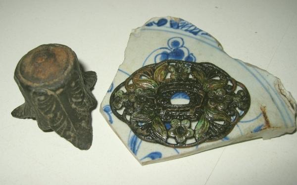 17e eeuwse antieke Broche en kandelaar voetje.