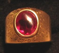 Gouden ring met grote robijn