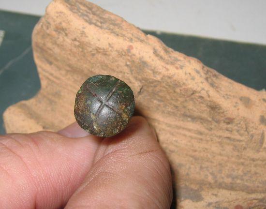 de kop van een romeinse bronzen spijker