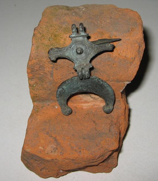 bodemvondst van een Romeinse fibula