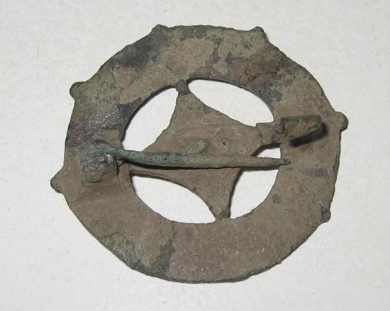 bodemvondst van een Romeinse schijffibula met naald